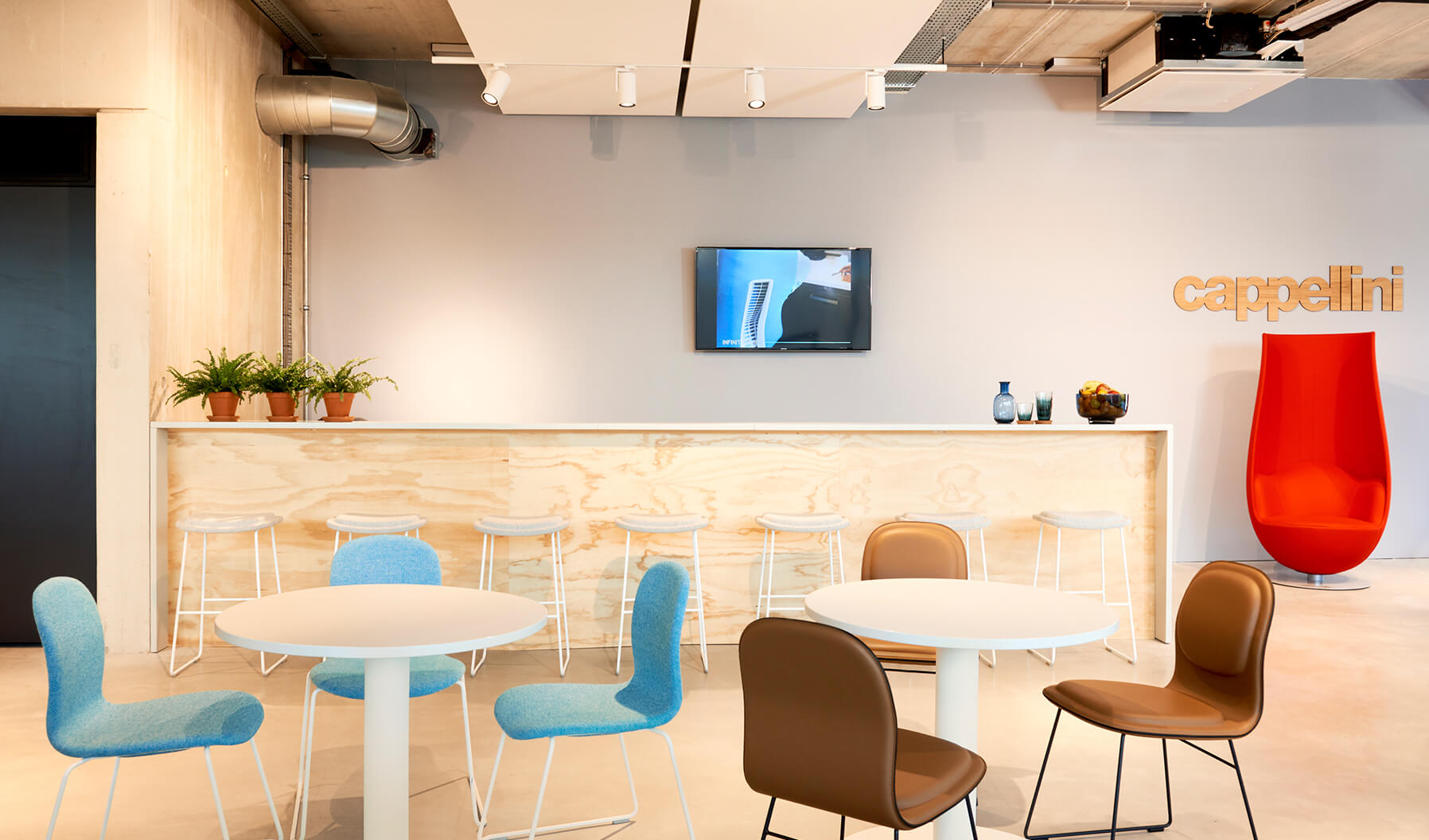 The Cappellini café provides a stylish, informal atmosphere to relax over lunch or escape the work environment for a chat. Framery offers a booth for focus work or a private conversation.