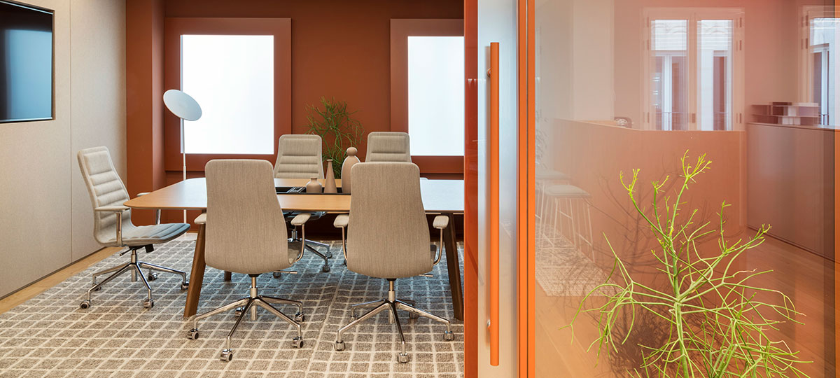 Lotus chairs, Immerse table and Workware screen sharing combine comfort and technology to create the ideal meeting room.