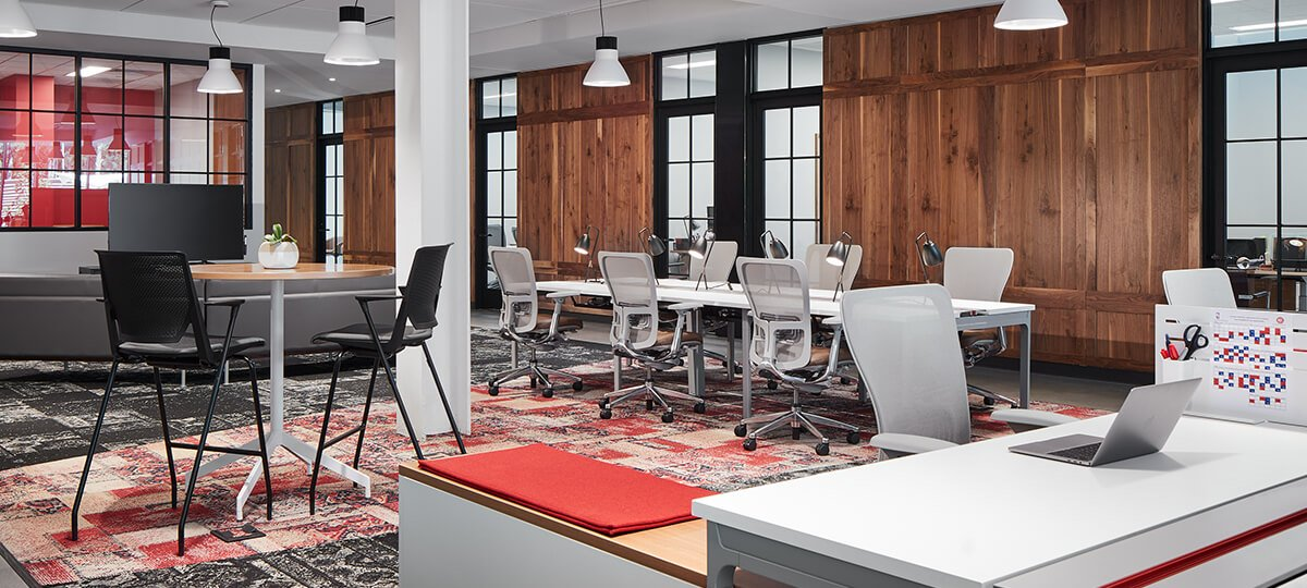 This open space environment with access to daylight and a courtyard was designed for office staff requiring visibility and connectivity. Intuity® benching and Zody® chairs make up several individual workstations for mobile workers. Planes® table and Very® barstools create collaborative areas. Small, private offices line the perimeter for individual focus and privacy needs. To maximize ergonomic requirements, Planes height-adjustable tables offer a place for people to touch down quickly and move on in a busy, fast-paced environment.