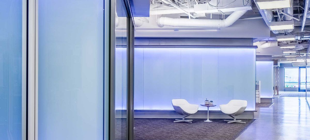 Areas like this quick huddle spot allow for impromptu collaboration sessions to happen throughout the day, or for conversations sparked in the conference room to continue after the meeting.